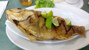 Pescado frito al estilo colombiano