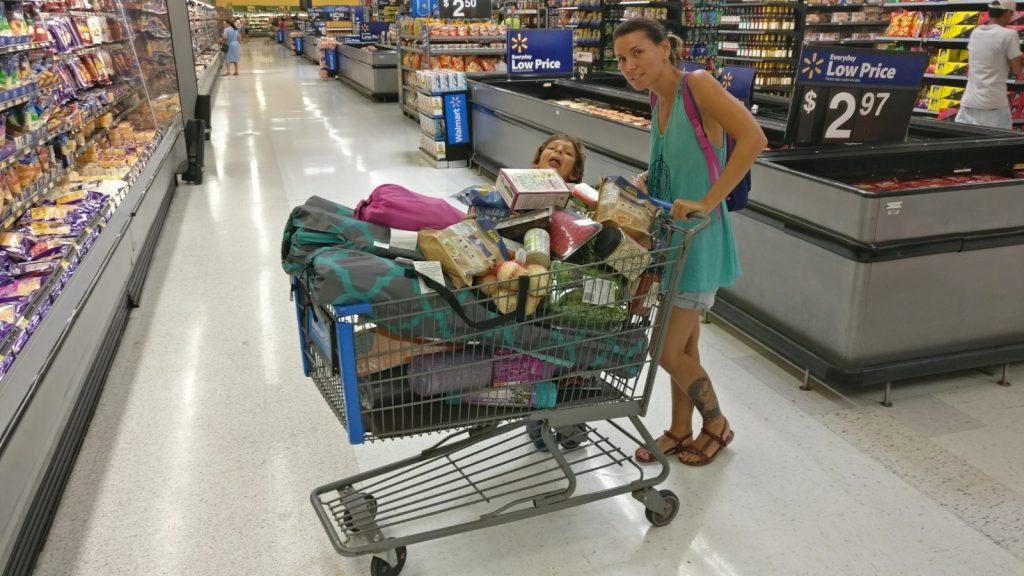 Con uno de los carros rebosantes en Walmart